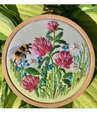hp04 Bumblebee in Clover web-315×365